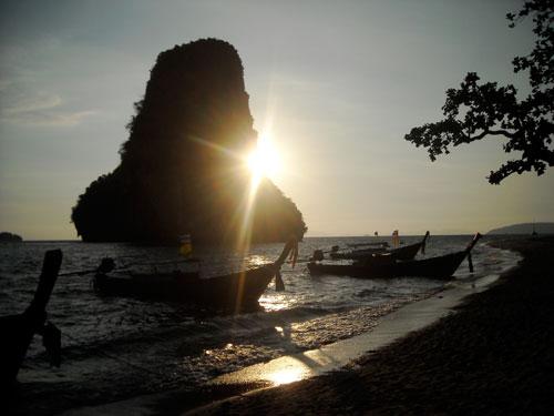 Ein Sonnenuntergang in Krabi / Thailand bleibt unvergessen.
