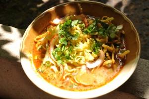Eine nordthailändische Spezialität: Die Khao Soi Suppe