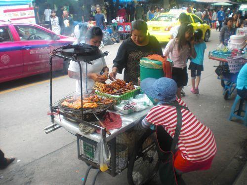 Straßenstand mit mobilem Essen in Bangkok
